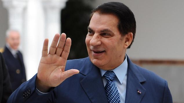 Zine el-Abidine Ben Ali sourit en saluant de la main.