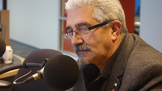 Un homme au micro dans un studio