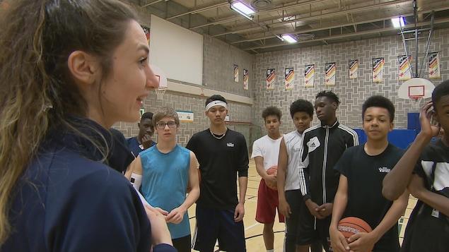 Béatrice Turcotte-Ouellet et quelques jeunes joueurs de basketball