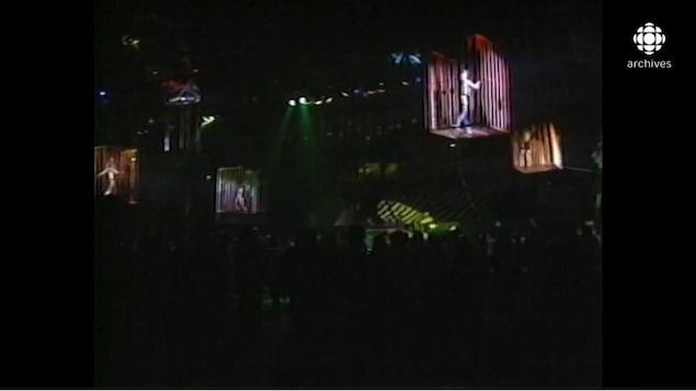 Femmes dansant dans des cages dans une discothèque à la mode, à Moscou
