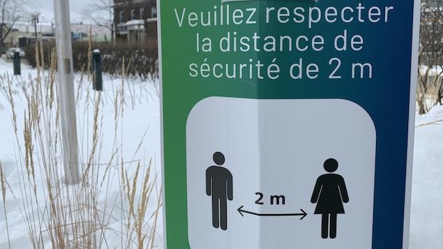 L'affiche de la Ville de Rouyn-Noranda demande à la population de respecter une distance de 2 mètres.