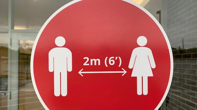 Des pictogrammes demandant de garder deux mètres de distance avec les autres personnes.