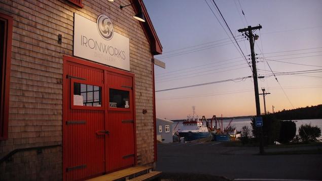 Façade de la distillerie Ironworks à Lunenburg, en Nouvelle-Écosse.
