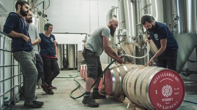 Les artisans à l'oeuvre à la Distillerie du St. Laurent