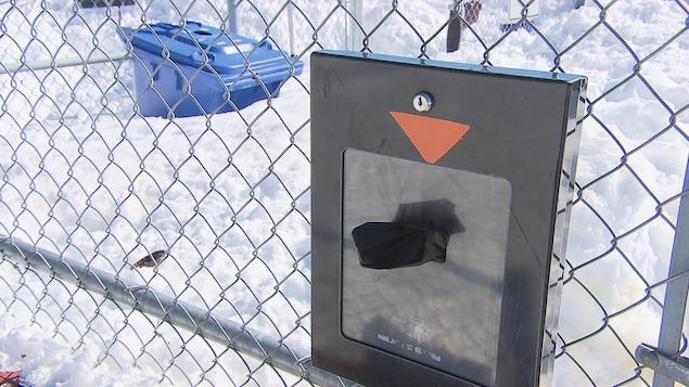 Des distributeurs de sacs sont installés dans les parcs de Shawinigan.