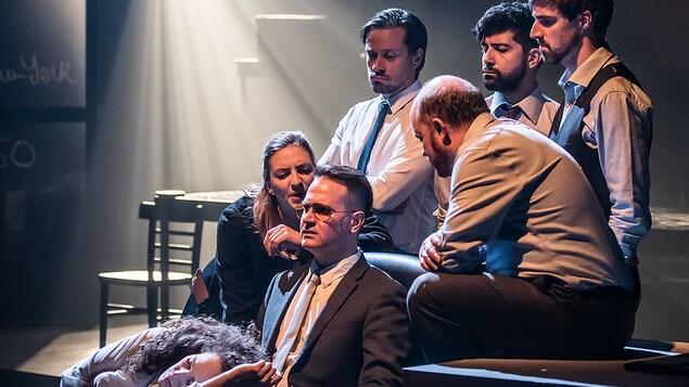 Sept comédiens de la pièce Chapitres de la chute
