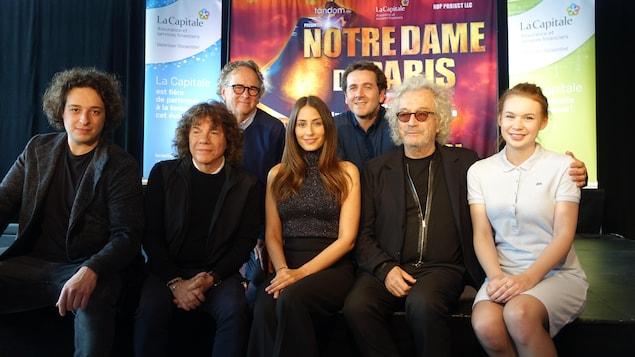 Les créateurs de la comédie musicale Notre-Dame-de-Paris Richard Cocciante et Luc Plamondon en compagnie de la nouvelle distribution, à Trois-Rivières