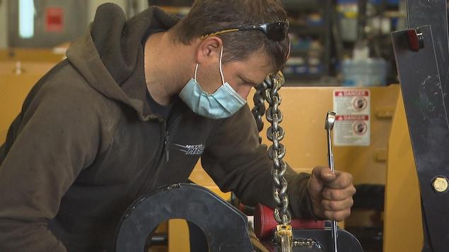 Un ouvrier travaille en usine.