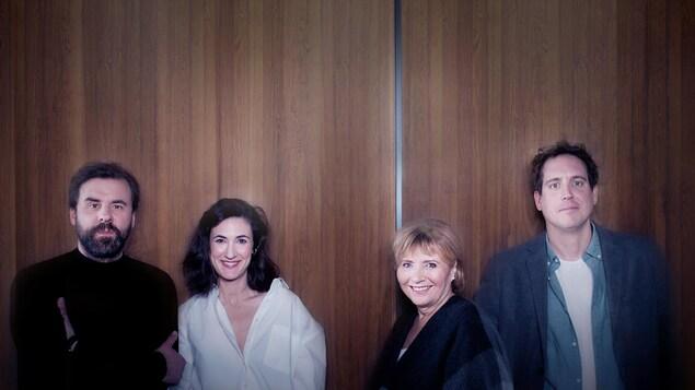 Bruno Marcil, Karine Gonthier-Hyndman, Danièle Lorain et Benoit Mauffette prennent la pose pour la promotion de la série « Les invisibles ».
