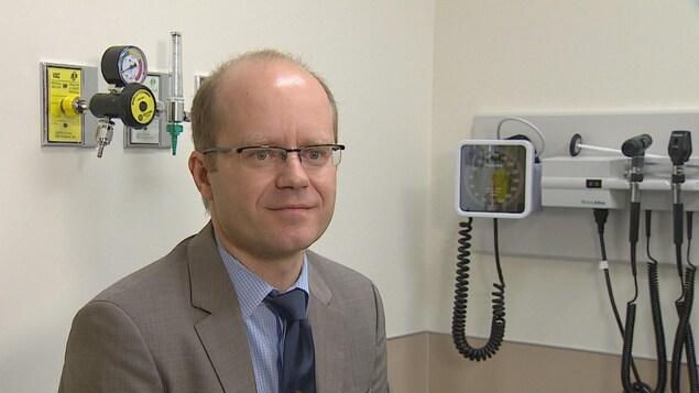 Photo du docteur Lawrence Korngut dans un cabinet médical.