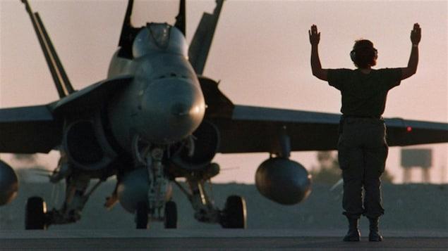 Un CF-18 sur la piste