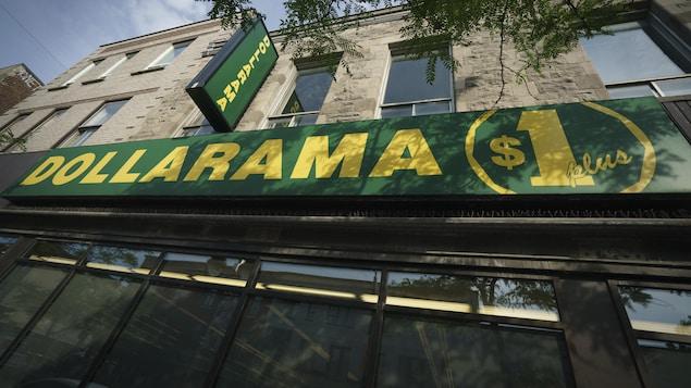 La façade d'un magasin Dollarama à Montréal