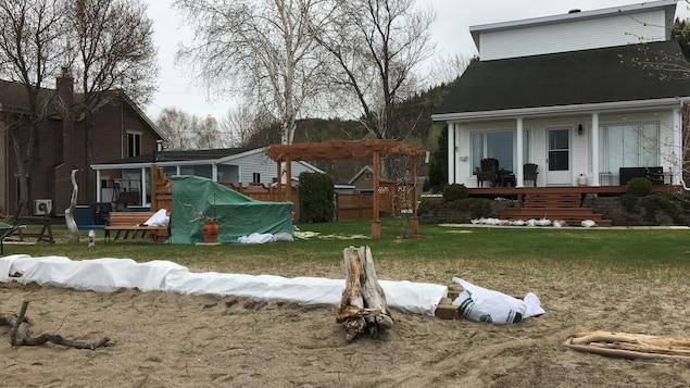 Des sacs de sable devant une résidence.