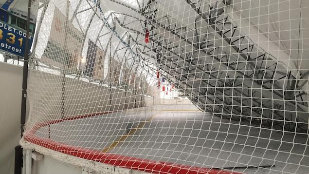 La structure affaissée recouvre la majeure partie d'une patinoire intérieure.