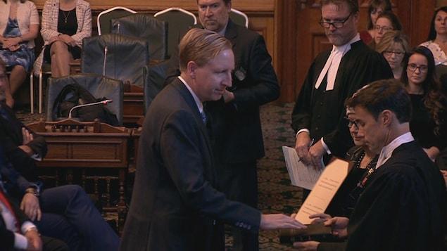 Dominic Cardy prête serment d'allégeance à la reine.