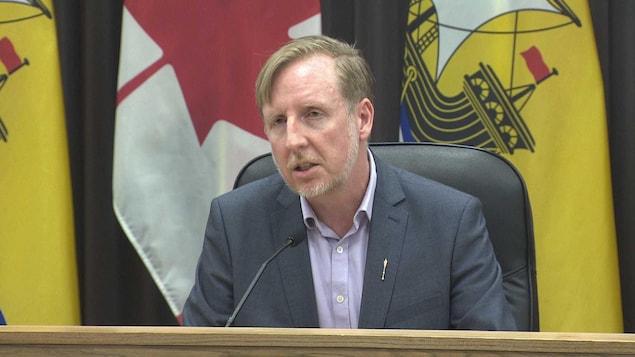 Le ministre de l'Éducation du Nouveau-Brunswick, Dominic Cardy, lors d'une conférence de presse sur les mesures de précaution à prendre en milieu scolaire à l'égard de la COVID-19, le 6 mars 2020.