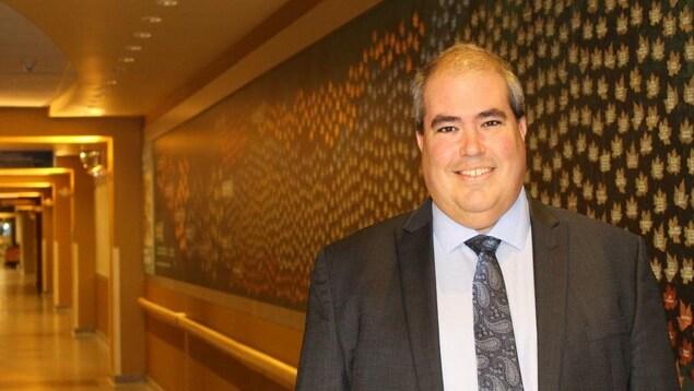 Dominic Giroux le PDG dans un corridor de l'établissement de santé.