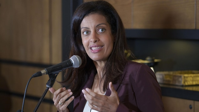 Dominique Anglade parle dans un micro, en marge du caucus de son parti à Orford.