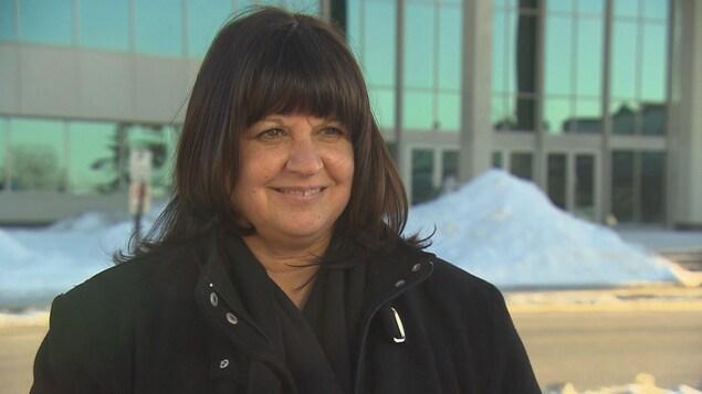 Dominique Lorrain, présidente du Syndicat des professeurs de l'Université de Sherbrooke, devant un pavillon de l'Université