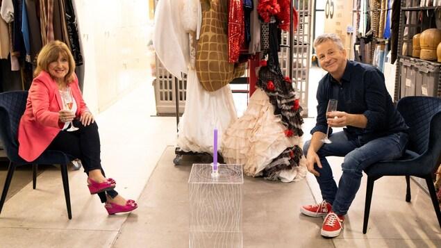Les deux artistes trinquent en respectant la distanciation sociale de 2 mètres.