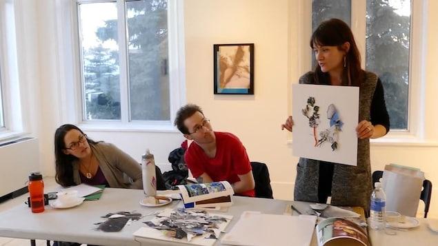 Dominique Rey présente un exemple de montage en relief. Brigitte Dorge et Eric Rae regardent l'oeuvre.