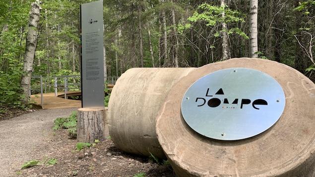 Un panneau où il est écrit «La Dompe».