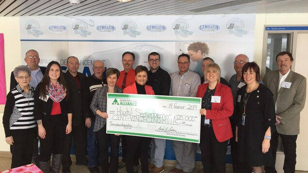 Les représentants de la Caisse populaire Alliance tiennent un gros chèque de 125 000 $.