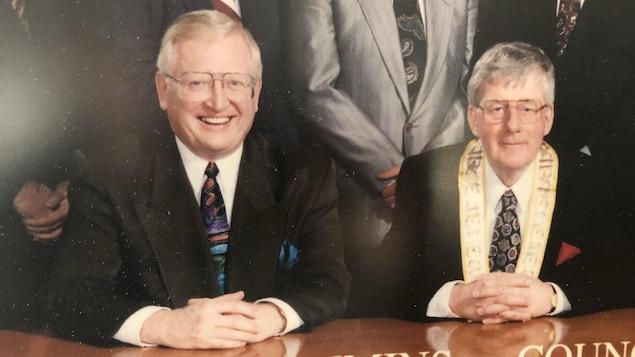 L'ancien conseiller municipal de Timmins, Don Dewsbury, avec l'anvien maire de Timmins, Vic Power.