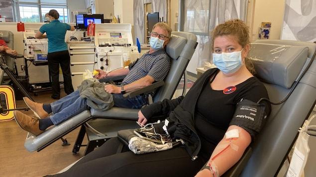 Un homme et une femme font un don de plasma.