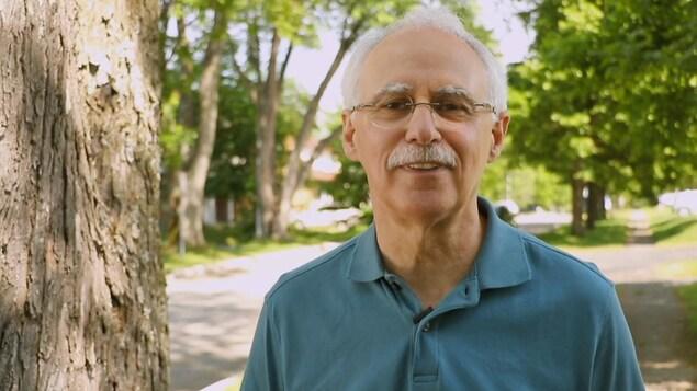 Le Dr Donald Aubin dans une rue de Saguenay.