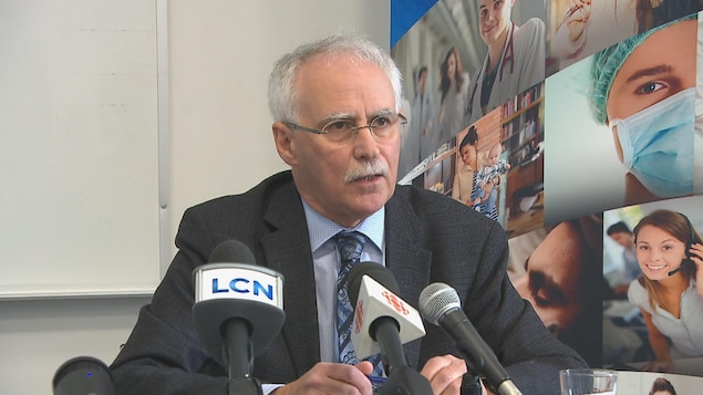 Donald Aubin parle aux médias.