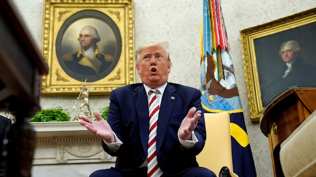 Le président américain gesticule dans son bureau.