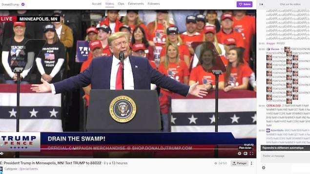 Donald Trump au micro avec des partisans derrière lui.