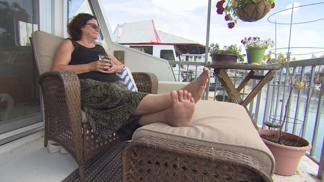 Donna Creighton, assise sur son bateau qui mesure environ 13 mètres.