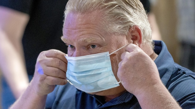 Doug Ford met un masque.