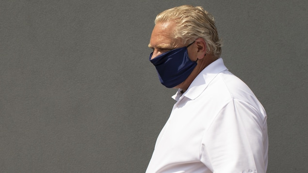 Doug Ford qui porte un masque.