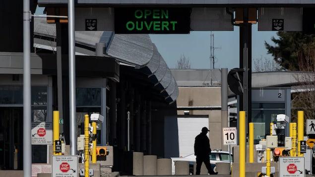 Isang Canada Border Services Agency ang nakatayo sa Douglas-Peace Arch border crossing.