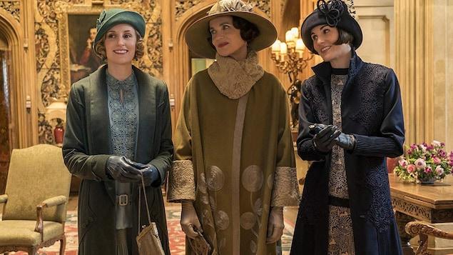 Les trois femmes sont debout.
