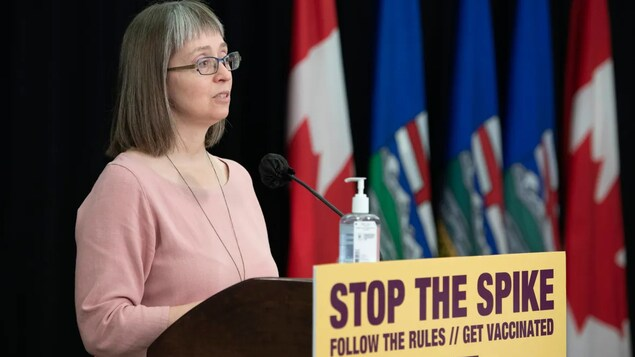 La doctora Deena Hinshaw, jefa médica de salud de Alberta, habla a la prensa.