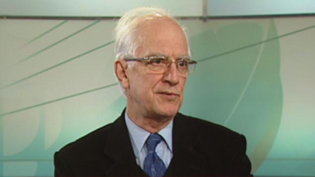 Le docteur Fernand Turcotte porte un complet veston et cravate, il est des lunettes claires et les cheveux grisonnants
