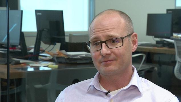 Le Dr Kris Stewart à ses bureaux de Saskatoon.