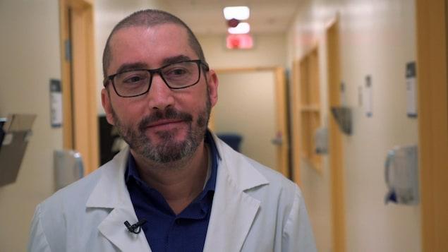 Le Dr Louis Verret en entrevue dans un corridor