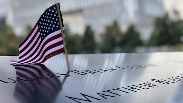 Un drapeau américain est inséré dans le nom d'une victime des attentats du 11 septembre 2001.