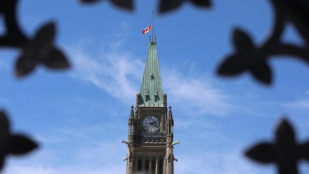 علم منكّس فوق مقرّ البرلمان الكندي.