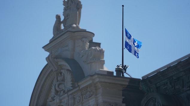 Le fleurdelisé en berne sur le toit du parlement québécois.