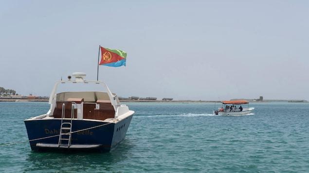 Deux bateau, dont un avec un drapeau de l'Érythrée.