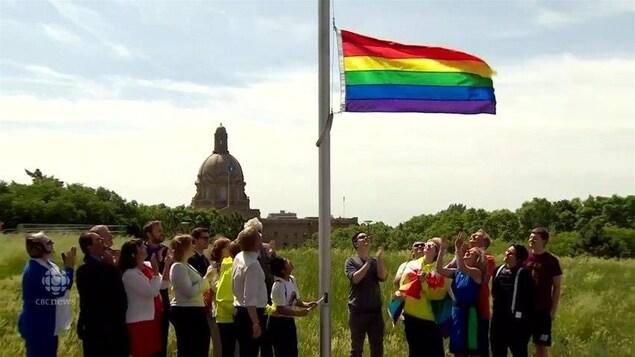 Le drapeau LGBT est levé près de l'édifice de l'Assemblée législative de l'Alberta.