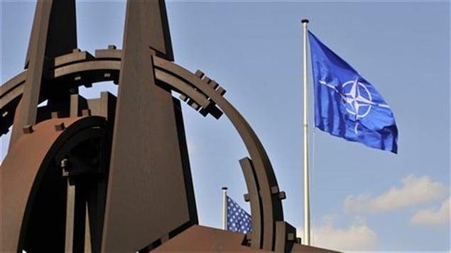 Drapeau de l'OTAN devant son siège social à Bruxelles.