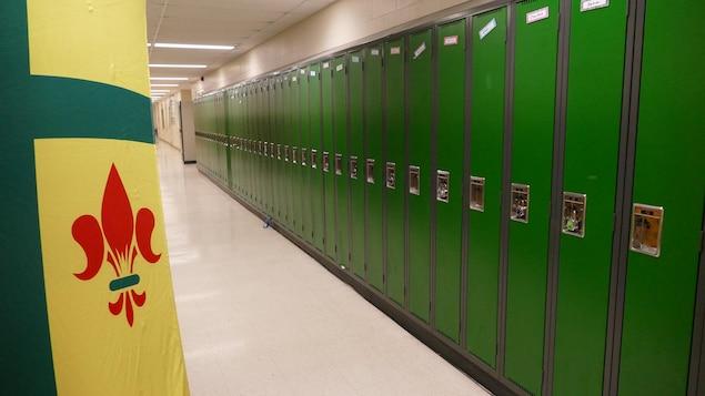 Bannière de la Saskatchewan tendue dans un couloir d'école avec une enfilade de casiers.