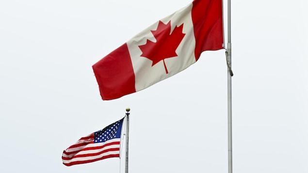 Les drapeaux du Canada et des États-Unis.